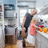 Nederland, Amsterdam, 21 juli 2017.<br />radio-dj Sander de Heer maakt op zaterdagochtend samen met zijn 3 jarige dochter smoothies om daarna te gaan sporten.<br />VOORKEURFOTO!<br /><br /><br />Foto: Jean-Pierre Jans