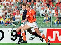Fotball<br /> EM-sluttspillet 1992<br /> Nederland v Skottland<br /> Foto: Digitalsport<br /> Norway Only<br /> Ronald Koeman, Nederland, og Gordon Durie, Skottland