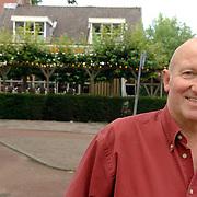 NLD/Huizen/20060830 - Eigenaar Izak Kos voor bar het Wapen van Huizen zit 25 jaar in het horecavak