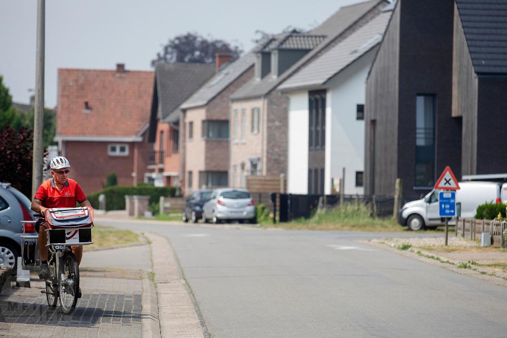 Een postbode in Hamont (B) bezorgt de post op de fiets.<br /> <br /> A postman delivers his post by bike.