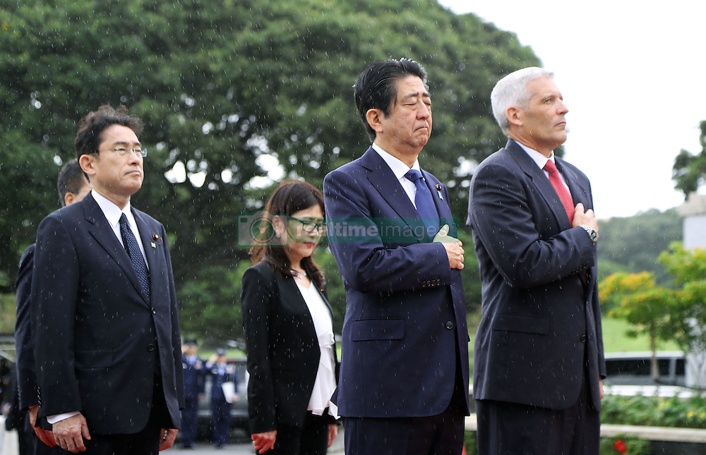 Der japanische Ministerpräsident Shinzo Abe gedenkt der Opfer des Angriffs auf Pearl-Habour von 1941 / 271216 *** Japanese Prime Minister Shinzo Abe (2nd from R) pays respects to fallen U.S. military personnel at the National Memorial Cemetery of the Pacific in Honolulu on Dec. 26, 2016, at the outset of his two-day tour of Hawaii including the site of Japan's surprise attack 75 years ago.