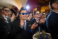DEU, Deutschland, Germany, Berlin, 18.09.2016: The-Hao Ha, Vorstandsmitglied Junge Alternative Berlin, und weitere Gäste mit blauen AfD-Brillen bei der Wahlparty der Partei Alternative für Deutschland (AfD) im Ratskeller Charlottenburg. Mit einem Wahlergebnis von 14 Prozent wird die AfD erstmals in das Berliner Abgeordnetenhaus einziehen.