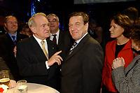 28 NOV 2002, BERLIN/GERMANY:<br /> Johannes Rau (L), Bundespraesident, und Gerhard Schroeder (R), SPD, Bundeskanzler, im Gespraech, Empfang zur Eroeffnung der Vertretung der Landes Nordrhein-Westfalen beim Bund, rechts: Christina Rau, Gattin des Bundespraesidenten, Landesvertretung NRW<br /> IMAGE: 20021128-02-012<br /> KEYWORDS: Bundespräsident, Gerhard Schröder, Gespräch, Ehefrau,