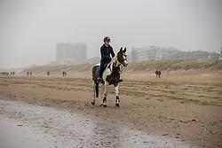 Strandwandeling, Lauwens Liesbeth<br /> Oostduinkerke Bad 2020<br /> © Hippo Foto - Dirk Caremans<br /> 29/11/2020