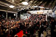 Les invités sur les marches accèdent a la deuxième projection pendant le Festival de Cannes