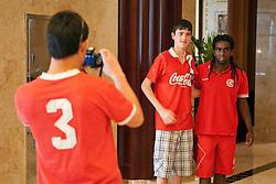 Tinga com os torcedores no hall do Beach Rotana Hotel, em Abu Dhabi. O S.C. Internacional participa de 8 a 18 de dezembro do Mundial de Clubes da FIFA, em Abu Dhabi. FOTO: Jefferson Bernardes/Preview.com
