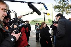 Die Vorsitzende der Bürgerinitiative Lüvhow-Dannenberg, Kerstin Rudek, begrüßt Niedersachens Umweltminister Stefan Birkner (FDP) anlässlich seines Besuchs im Zwischenlager Gorleben. <br /> <br /> Ort: Gorleben<br /> Copyright: Annett Melzer<br /> Quelle: PubliXviewinG