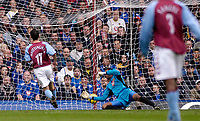 Fotball<br /> Premier League 2004/2005<br /> 06.11.2004<br /> Foto: SBI/Digitalsport<br /> NORWAY ONLY<br /> <br /> Aston Villa v Portsmouth<br /> <br /> Aston Villa's Peter Whittingham (L) beats his opponent's keeper Shaka Hislop (R) to put his side 1-0 up.
