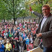 Amsterdam, 21-09-2013.  Vanuit 16 steden in het land kwamen bussen naar Amsterdam met betogers die meededen aan de demonstratie tegen de geplande bezuinigingen van het kabinet. De organisatie Comité Stop Bezuinigingen schatte de opkomst op ongeveer 5000 mensen. De manifestatie begon op het Beursplein. Vandaar trokken de demonstranten naar het beeld van de Dokwerker op het Jonas Daniël Meijerplein. Daar werd gesproken door onder andere SP-leider Emile Roemer en Henk Krol (50Plus). Meer dan 50 maatschappelijke organisaties hebben hun steun toegezegd aan de protestactie. Onder meer de Amsterdamse afdelingen van FNV Bondgenoten, Abvakabo FNV en SP en GroenLinks namen het initiatief tot de demonstratie. Zij menen dat de bevolking ,,het niet langer pikt'' dat de regering weer miljarden wil bezuinigen op onder meer zorg en kinderopvang. Volgens het comité worden de kosten van de crisis afgewenteld op kwetsbare groepen in de samenleving en worden ,,bonussen, belastingontwijking en de topinkomens nauwelijks aangepakt''. Op de foto: Henk Krol.