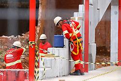 Operários trabalham nas obras de modernização do estádio Beira-Rio, na cidade de Porto Alegre (RS). O estádio será um dos palcos da Copa do Mundo de 2014. FOTO: Renan Olaz/Preview.com