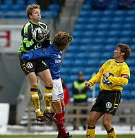 Fotball. Eliteserien Vålerenga - Start. Startkeeper Rune Nilsen i duell med vifs Petter Belsvik. T.h. Helge Bjønsaas, Start.   <br /> <br /> Foto: Andreas Fadum, Digitalsport