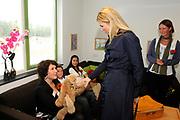 Prinses Máxima opent Blijf van m'n Lijf huis nieuwe stijl<br /> <br /> Hare Koninklijke Hoogheid Prinses Máxima der Nederlanden opent op dinsdag 30 augustus in Alkmaar het eerste Oranje Huis. Het Oranje Huis is een Blijf van m'n Lijf Huis Nieuwe Stijl: een niet geheime, open locatie. Het Oranje Huis is een initiatief van Stichting Blijf Groep en biedt onder één dak advies, hulpverlening en opvang voor mensen die te maken hebben met huiselijk geweld.<br /> <br /> Op de foto: <br /> <br /> De Prinses spreekt met bewoners en medewerkers en bezoekt onder andere de kinderactiviteitenruimte, kinderen leren weer communiceren met een handpop.<br /> <br /> <br /> Princess Máxima opens new home Stay off my Body style<br /> <br /> Her Royal Highness Princess Máxima of the Netherlands opens on Tuesday, August 30 Alkmaar in the first House of Orange. The monarchy is one of my Stay Home New Body Style: not a secret, open location. The monarchy is an initiative of Stay Group Foundation and includes a roof advice, assistance and care for people dealing with domestic violence.<br /> <br /> On the photo:<br /> <br /> The Princess speaks with residents and staff and visit its the children's room, children learn to communicate again with a hand puppet.