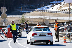 18.03.2020, Sölden, AUT, Coronavirus in Österreich, Sölden unter Quarantäne, im Bild Polizeikontrolle an der Absperrung nach Sölden // Police control at the barrier to Sölden during the Austrian government is pursuing aggressive measures in an effort to slow the ongoing spread of the coronavirus. Sölden, Austria on 2020/03/18. EXPA Pictures © 2020, PhotoCredit: EXPA/ Johann Groder