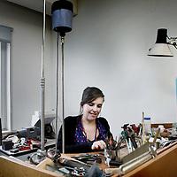 Nederland, Amsterdam , 27 oktober 2010..ZZP-er in sieraden Marije Geurtsen in haar atelier in Amsterdam Noord..Foto:Jean-Pierre Jans
