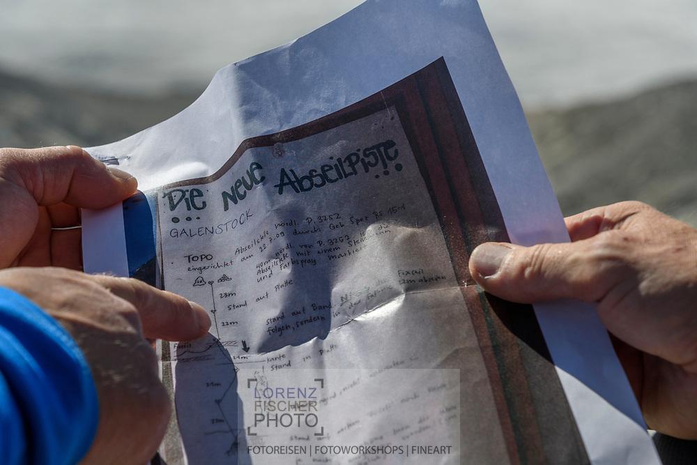 Zwei Alpinisten studieren auf dem Galengrat das Topo der Abseilpiste, Furka, Uri, Schweiz<br /> <br /> Two alpinists on the Galengrat are having a look at the abseiling topo, Furka, Uri, Switzerland