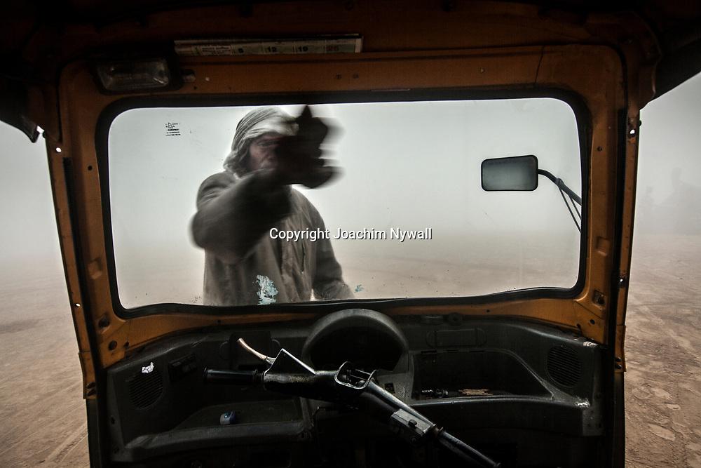 20160106 Allahabad Uttar Pradesh<br /> Rickshaw förare som putsar rutan i dimman vid Sangam.<br /> <br /> <br /> ----<br /> FOTO : JOACHIM NYWALL KOD 0708840825_1<br /> COPYRIGHT JOACHIM NYWALL<br /> <br /> ***BETALBILD***<br /> Redovisas till <br /> NYWALL MEDIA AB<br /> Strandgatan 30<br /> 461 31 Trollhättan<br /> Prislista enl BLF , om inget annat avtalas.