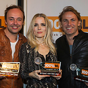 NLD/Amsterdam/20140205 - Uitreiking 100% NL Awards 2013, Award winnaars Niels Geusebroek met Ilse de Lange en John Ewbank
