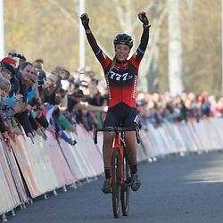 16-11-2019: Wielrennen: Wereldbeker Veldrijden: Tabor<br />Annemarie Worst heeft de wereldbekercross van Tabor gewonnen. De Gelderse won daarmee haar tweede wereldbeker op rij.<br />De net onttroonde Europees kampioene wist halverwege de wedstrijd de snel gestarte Ceylin del Carmen Alvarado bij te halen en schudde de jonge Rotterdamse in de slotronde af. Derde werd Yara Kastelijn