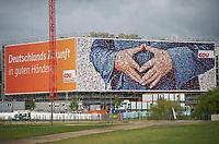DEU, Deutschland, Germany, Berlin, 04.09.2013: <br />Ein riesiges Wahlplakat der CDU mit der typischen Merkel-Raute der Bundeskanzlerin an einem Gebäude in Sichtweite von Hauptbahnhof und Bundeskanzleramt.