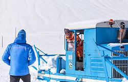 THEMENBILD - Arbeiter bei einer Wallack Rotations Schneefräse, aufgenommen am 20. April 2018 in Fusch an der Glocknerstrasse, Österreich // Worker at a Wallack rotary snowblower, Fusch an der Glocknerstrasse, Austria on 2018/04/20. EXPA Pictures © 2018, PhotoCredit: EXPA/ JFK