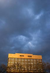 THEMENBILD - Allgemeines Krankenhaus Wien (AKH) im letzten Abendlicht. Aufgenommen am 14.04.2016 in Wien, Österreich // General Hospital in Vienna. Austria on 2016/04/14. EXPA Pictures © 2016, PhotoCredit: EXPA/ Michael Gruber