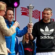 NLD/Schiedam/20110416 - Opening Nationale Sportweek 2011, intocht fakkel door Marco Borsato en Mark Huizinga