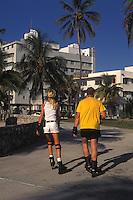 EEUU. Florida. Miami.<br /> Couple skating at South Beach.<br /> <br /> ©JOAN COSTA