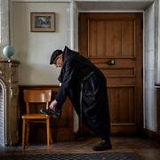A brother from the Solesmes community laces his shoes before leaving for the traditional weekly walk. Solesmes on 17-10-2019<br /> Un frère de la communauté de Solesmes fait ses lacets avant de  partir pour la traditionnelle promenade hebdomadaire. Solesmes le 17-10-2019