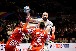 22.01.2020, Wiener Stadthalle, Wien, AUT, EHF Euro 2020, Kroatien vs Spanien, Hauptrunde, Gruppe I, im Bild v. l. Ilija Brozovic (CRO), Joan Canellas Reixach (ESP), Matej Hrstic (CRO) // f. l. Ilija Brozovic (CRO) Joan Canellas Reixach (ESP) Matej Hrstic (CRO) during the EHF 2020 European Handball Championship, main round group I match between Croatia and Spain at the Wiener Stadthalle in Wien, Austria on 2020/01/22. EXPA Pictures © 2020, PhotoCredit: EXPA/ Florian Schroetter