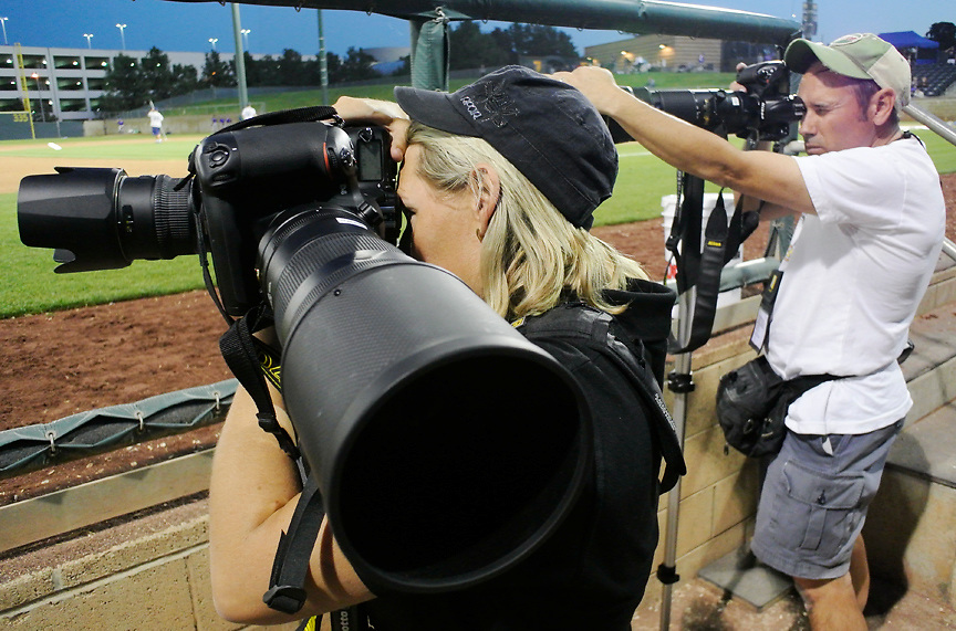2/29/12  --- SPORTS SHOOTER ACADEMY --- Mel Lyons balances using two lenses while covering a baseball game at U.C. Irvine during Sports Shooter Academy IX. Photo by Robert Hanashiro, Sports Shooter Behind the Scenes with the cast and crew of Sports Shooter Academy.