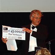 Uitreiking Bert Haantra Oeuvreprijs 2004, Medy van der Laan reikt prijs uit aan Paul Verhoeven