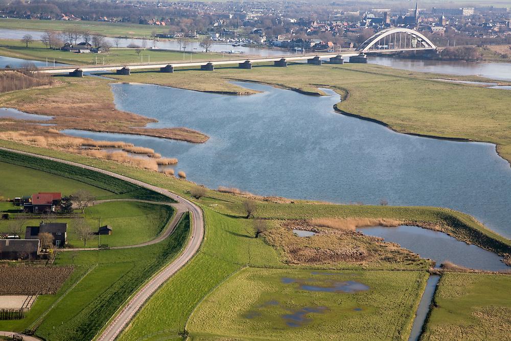 Nederland, Gelderland, Culemborg, 11-02-2008; uiterwaarden van de Lek worden doorsneden door de spoorbrug in de spoorlijn Utrecht - Den Bosch; de aangeslibte klei van de Steenwaard (voorgrond) is gedeeltelijk weggegraven om ruimte te maken voor de rivier, waterberging bij hoog water (de uiterwaard staat dan ook voor een deel onder water..luchtfoto (toeslag); aerial photo (additional fee required); .foto Siebe Swart / photo Siebe Swart