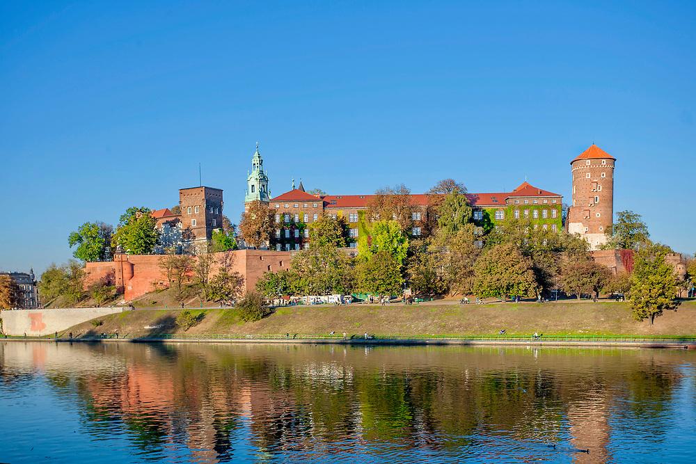 Zamek Królewski na Wawelu w Krakowie od strony Wisły, Polska <br /> Wawel Royal Castle in Cracow from the Vistula river, Poland