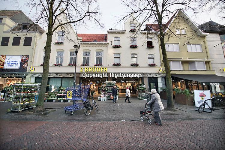 Nederland,Venlo, 17-1-2020 Winkel Die zwei gebrüder von Venlo, een warenhuis gericht op consumenten uit Duitsland. Winkels in de grensstreek hopen op meer omzet door bezoek van onze oosterburen. Zwei Bruder is al tientallen jaren een begrip in Venlose binnenstad . 2 Brüder heeft ruim tweehonderd medewerkers in dienst. In 2019 werd de naam van het bedrijf veranderd van Die 2 Brüder von Venlo in kortweg 2 Brüder. Foto: Flip Franssen