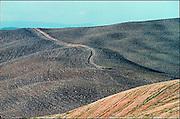 Italie, Toscane, 25-8 2001Heuvelachtig landschap. Milieu, klimaatverandering, landbouw, velden. Leegte, eenzaamheid.Foto: Flip Franssen