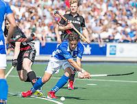 UTRECHT -  Robbert Kemperman (Kampong)   tijdens   de finale van de play-offs om de landtitel tussen de heren van Kampong en Amsterdam (3-1). Kampong kampong kampioen van Nederland. links Fergus Kavanagh (A'dam) COPYRIGHT  KOEN SUYK