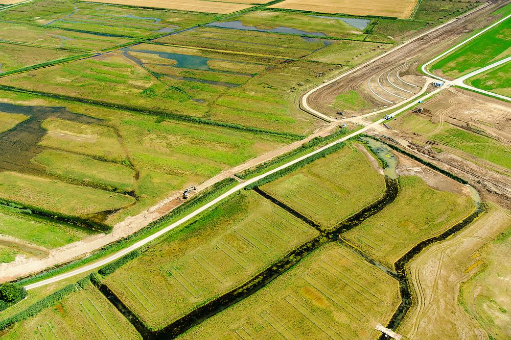 Nederland, Gelderland, Gemeente Brakel, 23-08-2016; Buitenpolder Het Munnikeland, ten oosten van Loevestein aan rivier de Waal. In het kader van het programma Ruimte voor de Rivier is de Waaldijk landinwaarts verlegd en heeft de Waal meer ruimte gekregen waardoor de rivier bij extreem hoogwater meer water kan afvoeren. Grondwerk.<br /> National Project Ruimte voor de Rivier (Room for the River): the Waaldike has been shifted (inland direction) and as a consequence the river can transport the water more efficient in cas of high waters. <br /> luchtfoto (toeslag op standard tarieven);<br /> aerial photo (additional fee required);<br /> copyright foto/photo Siebe Swart