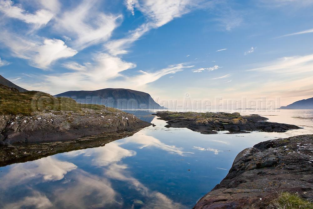 Kom over dette motivet under en fotosafari på Herøy Gard. Ble inspirert av symetrien i motivet, og speilbildet av skyene.