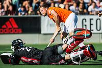 AMSTELVEEN  - Hockey -  1e wedstrijd halve finale Play Offs dames.  Amsterdam-Bloemendaal (5-5), Bl'daal wint na shoot outs. Roel Bovendeert (Bldaal) scoort tijdens de shoot outs. links Jan de Wijkerslooth.   COPYRIGHT KOEN SUYK