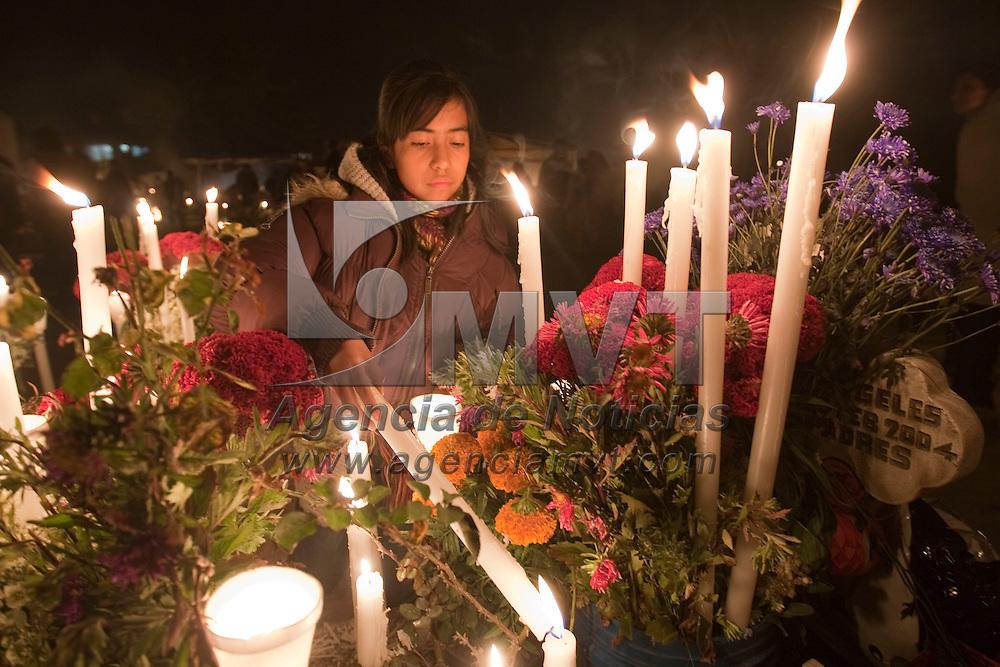 Metepec, Méx.- Miles de personas velan al pie de la tumba de sus familiares muertos durante la tradicional noche de difuntos en el panteón de San Jeronimo Chicahualco. Agencia MVT / Mario Vazquez de la Torre. (DIGITAL)