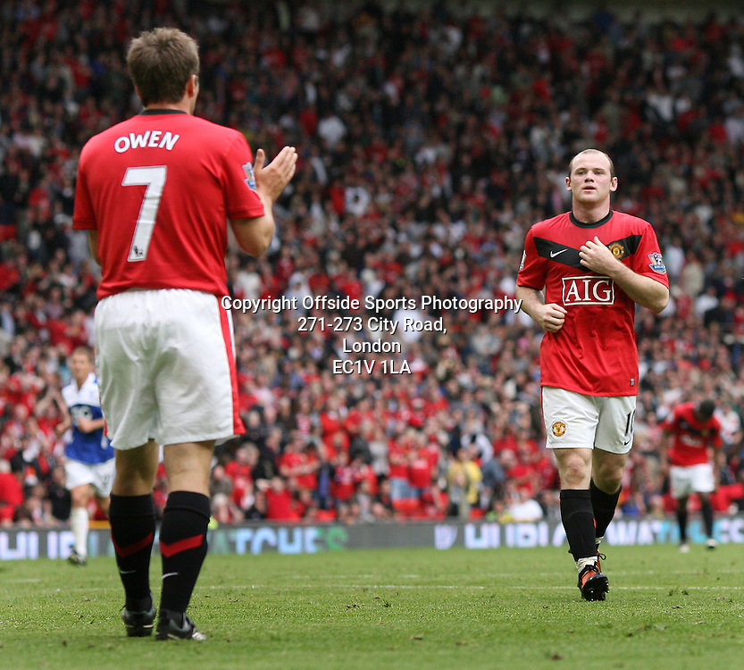 16/08/2009 - Barclays Premier League - Manchester United vs. Birmingham City - Michael Owen of Man Utd (L) applauds the efforts of teammate Wayne Rooney - Photo: Simon Stacpoole / Offside.