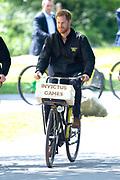 Prins Harry fietst door het park tijdens de presentatie van de Invictus Games The Hague 2020. Over precies een jaar wordt het sportevenement voor fysiek en mentaal gewonde militairen in het Haagse Zuiderpark gehouden.<br /> <br /> Prince Harry cycles through the park during the presentation of the Invictus Games The Hague 2020. In exactly one year, the sporting event for physically and mentally wounded soldiers will be held in Zuiderpark in The Hague.