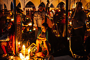 Una mujer reza por cada miembro de su familia para tener salud y prosperidad. cada veladora representa un integrante de la familia, en Huaynamota, Nayarit.