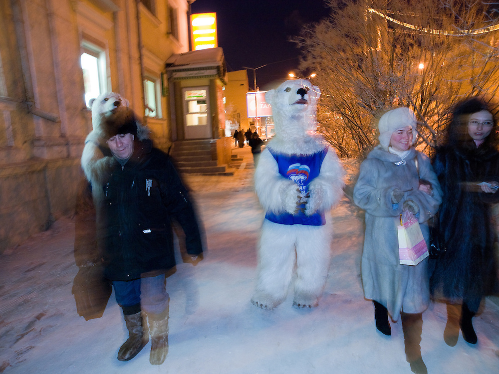 """Studenten als Wahlhelfer der Partei """"Einiges Russland"""" verkleidet als Eisbaeren machen bei Temperaturen von -27 Grad Celsius Werbung fuer die Partei in den Strassen und Geschaeften der sibirischen Stadt Jakutsk.<br /> <br /> Students dressed as a polar bears for Vladimir Putins party United Russia trying to convince people on the street to vote them a few days before the Duma elections in Russia oj the streets of Yakustk. Yakutsk is a city in the Russian Far East, located about 4 degrees (450 km) below the Arctic Circle. It is the capital of the Sakha (Yakutia) Republic (formerly the Yakut Autonomous Soviet Socialist Republic), Russia and a major port on the Lena River. Yakutsk is one of the coldest cities on earth, with winter temperatures averaging -40.9 degrees Celsius."""