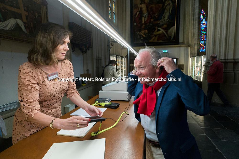 Nederland,  Den Bosch, de audiotou rmet wetenswaardigheden over het interieur en exterieur van de kerk kan besteld worden aan de balie . foto links Tineke van Rijn en rechts Steven Groeningen