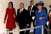 Koningin Beatrix en de Russische president Vladimir Poetin komen aan bij het Hermitage Amsterdam voor een bezoek aan de tentoonstelling 'Peter de Grote, een bevlogen tsaar'. De president is in Nederland voor de opening van het Nederland-Ruslandjaar. <br /> <br /> Queen Beatrix and Russian President Vladimir Putin arrive at the Hermitage Amsterdam to visit the exhibition 'Peter the Great, an inspired Tsar'. The president is in the Netherlands for the opening of the Netherlands-Russia Year.<br /> <br /> Op de foto / On the photo: <br /> <br />  Koningin Beatrix en de Russische president Vladimir Poetin