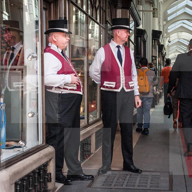 Due caratteristici Beadles per sorvegliare la Burlington Arcade, galleria commerciale di lusso in Piccadilly Street.<br /> <br /> Two Beadles to patrol the Burlington Arcade, the luxury commercial gallery in Piccadilly Street.<br /> <br /> #350d #photooftheday #picoftheday #bestoftheday #instadaily #instagood #follow #followme #nofilter #everydayuk #canon #buenavistaphoto #photojournalism #flaviogilardoni <br /> <br /> #london #uk #greaterlondon #londoncity #centrallondon #cityoflondon #londonuk #visitlondon #Beadles #BurlingtonArcade<br /> <br /> #photo #photography #photooftheday #photos #photographer #photograph #photoofday #streetphoto #photonews #amazingphoto #dailyphoto #goodphoto #myphoto #photoftheday #photogalleries #photojournalist #photolibrary #photoreportage #pressphoto #stockphoto #todaysphoto #urbanphoto