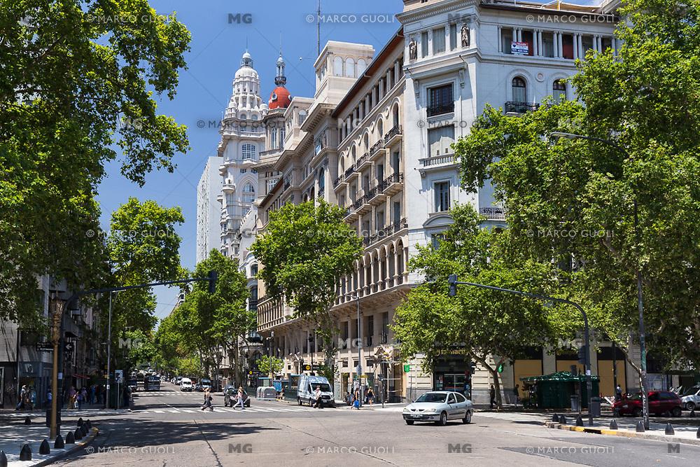 AVENIDA DE MAYO Y PALACIO BAROLO, BARRIO DE MONSERRAT, CIUDAD AUTONOMA DE BUENOS AIRES, ARGENTINA (PHOTO BY © MARCO GUOLI - ALL RIGHTS RESERVED. CONTACT THE AUTHOR FOR IMAGE REPRODUCTION)