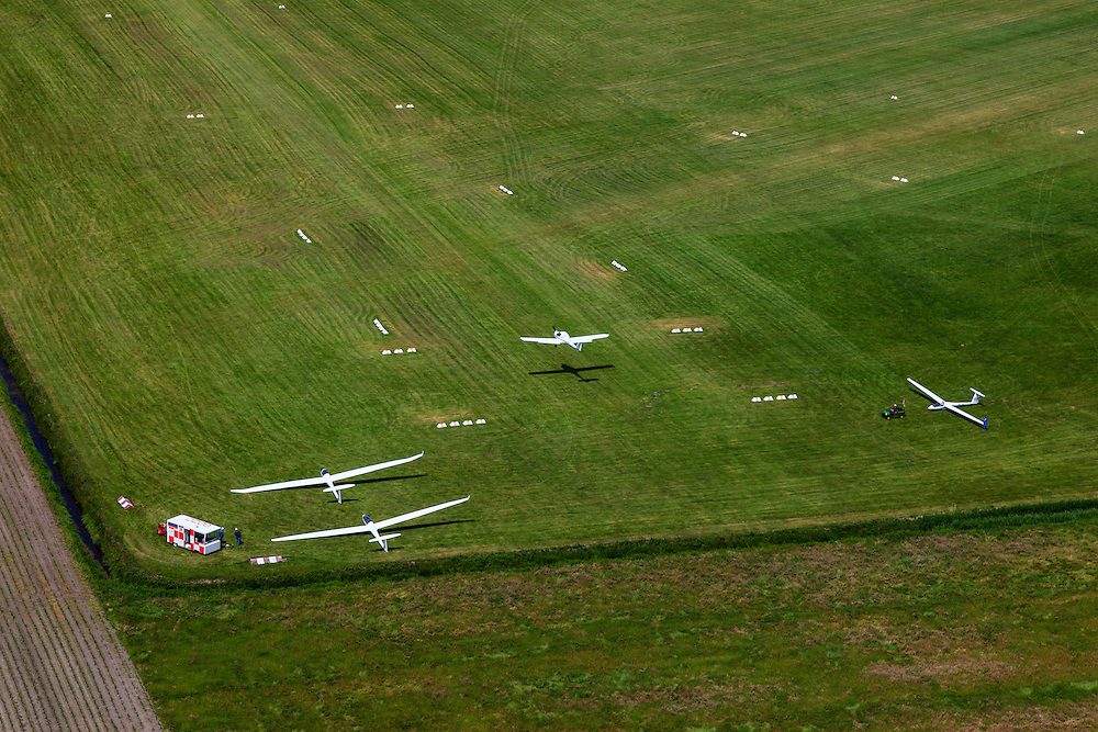 Nederland, Noord-Holland, Hilversum, 14-06-2012; vliegveld Hilversum, zweefvliegtuigjes op het gras van het vliegveld..Gliders on Airport Hilversum. .luchtfoto (toeslag), aerial photo (additional fee required).foto/photo Siebe Swart