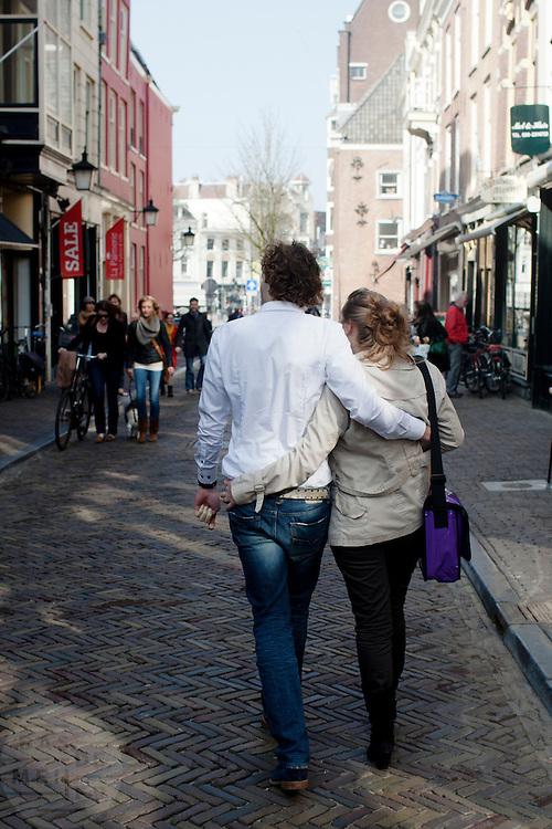 Twee verliefde mensen lopen door de straat van Utrecht.<br /> <br /> Two people in love walking in Utrecht.
